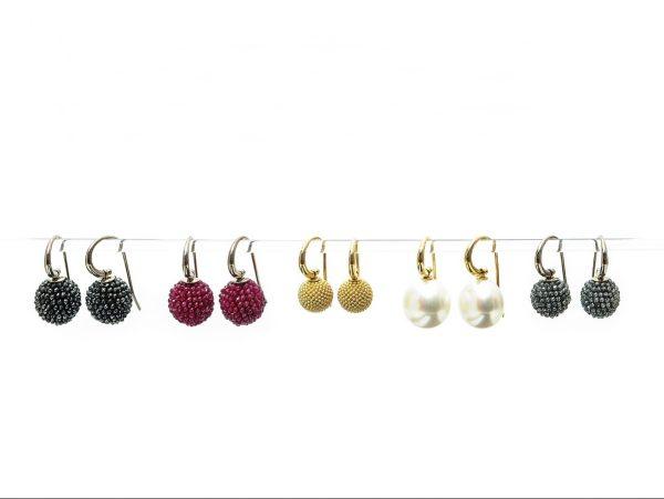 Ohrschmuck am Bügelchen, 750 Weiß-/Gelbgold, diverse Edelsteine, Perlen und Granalien